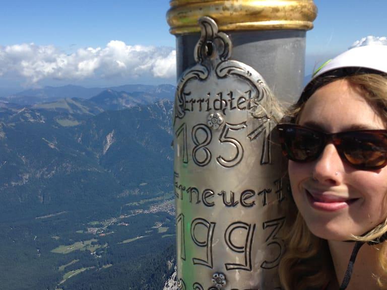 Klettersteig Zugspitze: Lea Hajner am Gipfel der Zugspitze