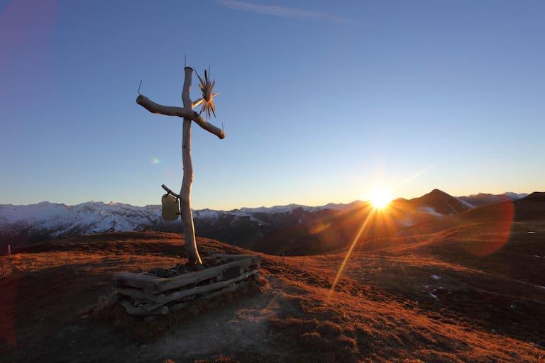 Gipfelkreuz auf der Filzmooshöhe bei Sonnenuntergang