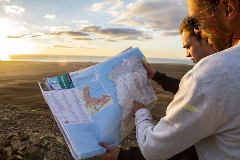 Mit der gedruckten Karte auf den Berg.