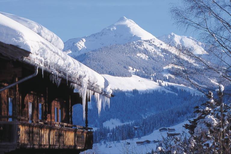 Alpbachtal-Winterlandschaft mit Holzhütte