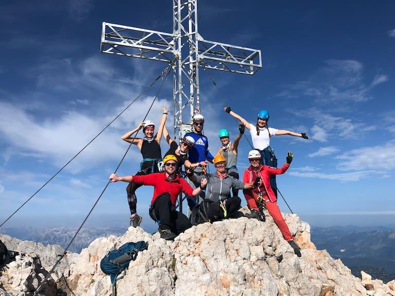 """Glückliche Gesichter, erste Gipfelerfolge am Drahtseil und blitzblauer Himmel über dem Dachstein: So war das Bergwelten-Event """"Mein erster Klettersteig"""""""