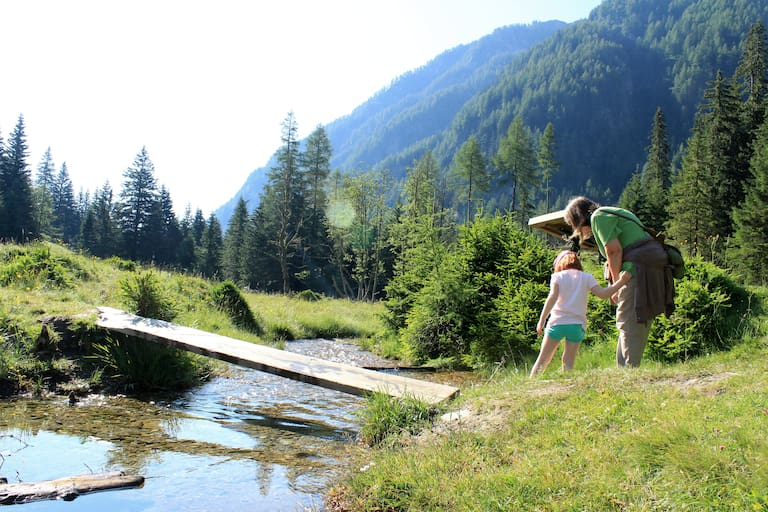 Der Weg entlang des Baches ist für Kinder besonders spannend