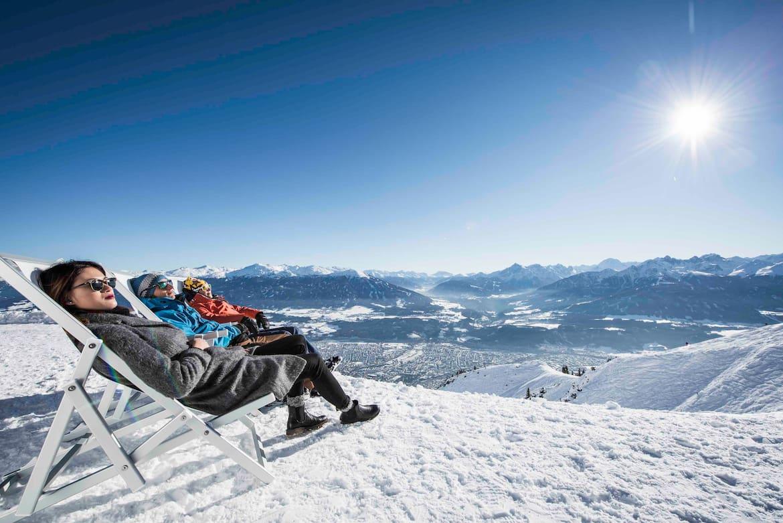 Auf der Seegrube hoch über Innsbruck genießt man Sonne pur und ein atemberaubendes Panorama.