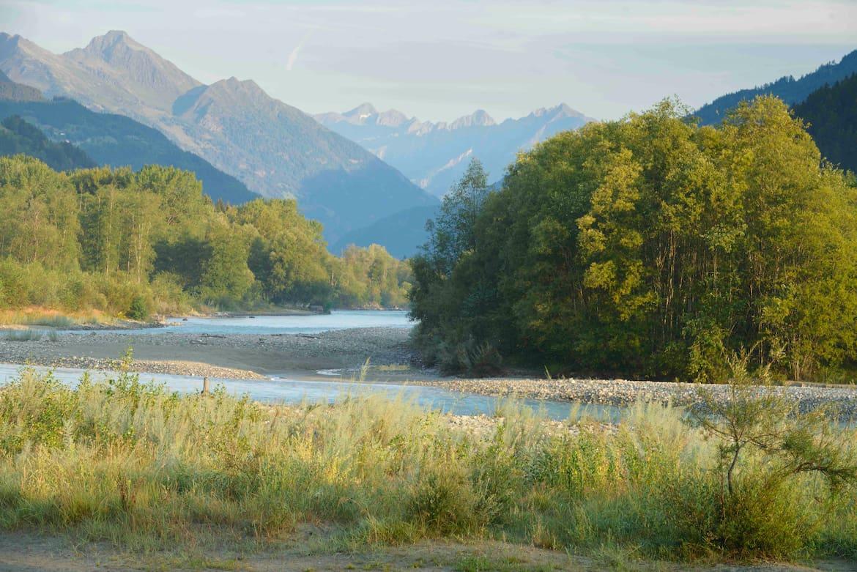 Der Iseltrail in Osttirol führt entlang eines der letzten freifließenden Gletscherflüsse Europas.