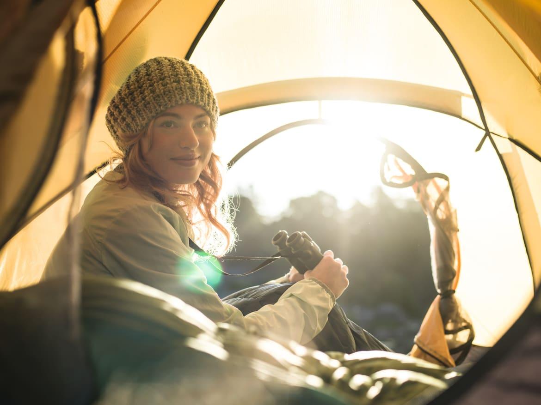 Ein kompaktes, leichtes Fernglas kann auch auf mehrtägigen Wanderungen problemlos mitgenommen werden.