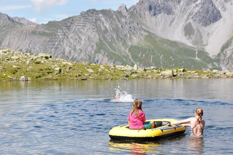 Kaltenberghütte: Schlauchbootfahren im Bergsee