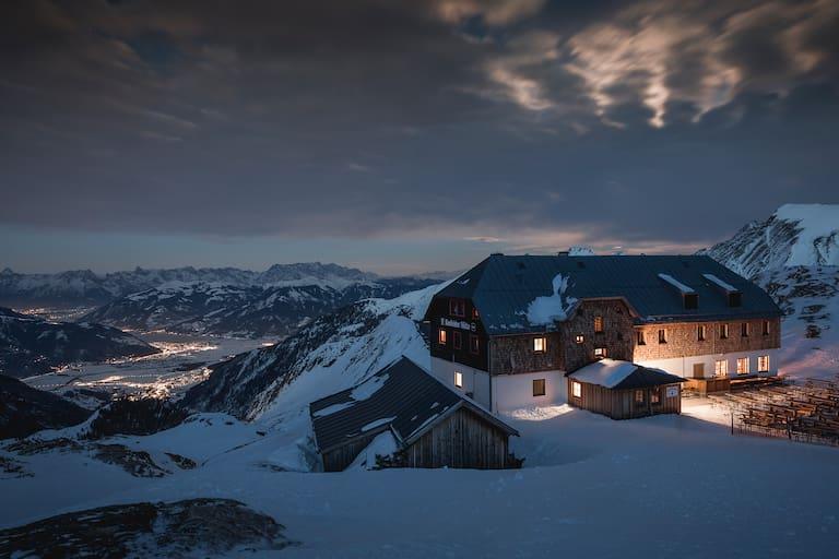 Die Krefelder Hütte über dem Lichtermeer von Zell am See