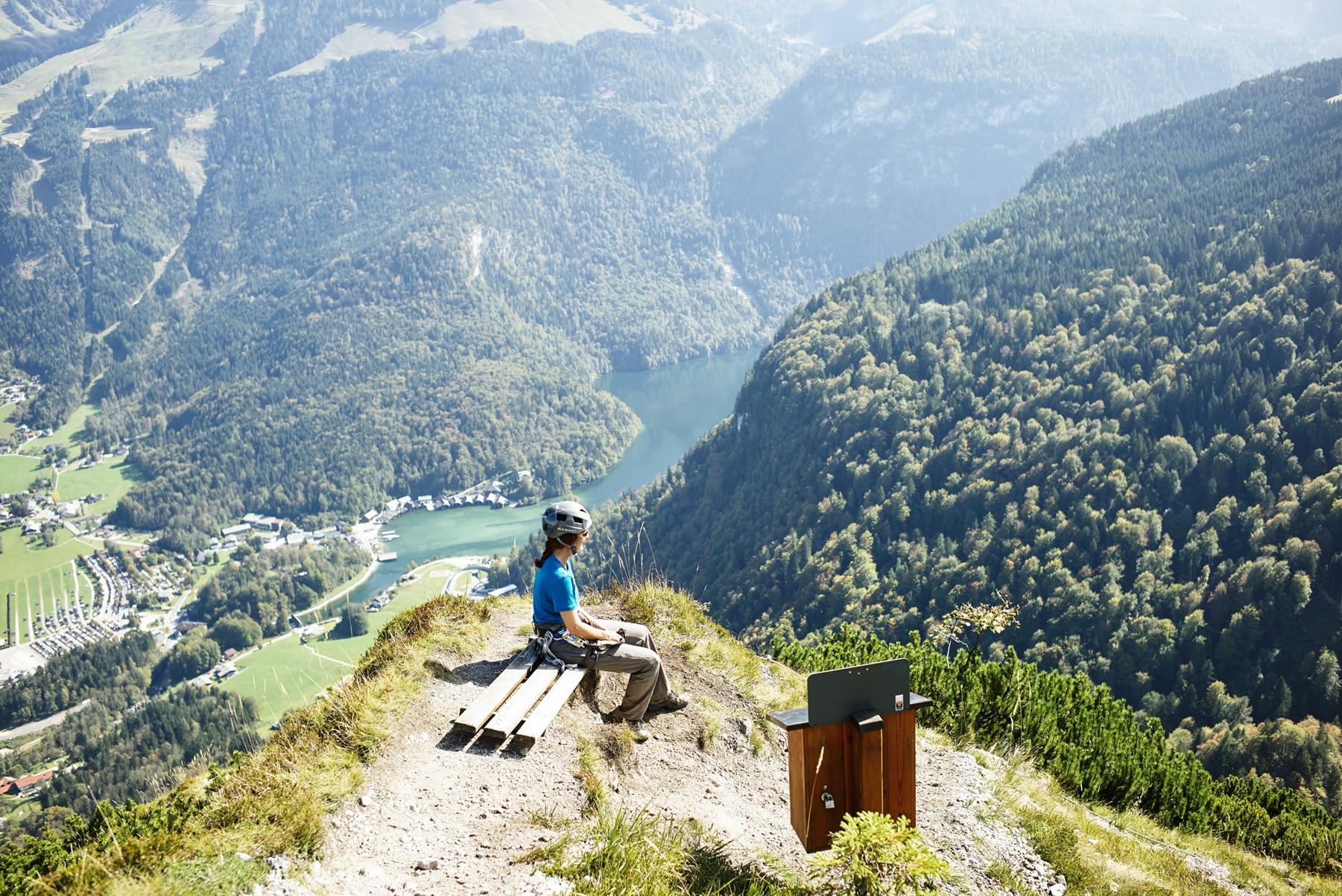 Klettersteig Bayern : Frau begeht steilen klettersteig pidinger
