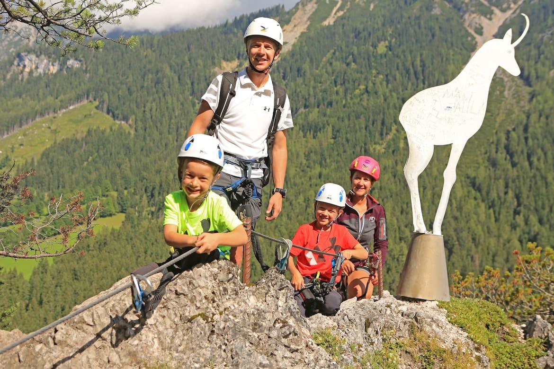 Am Klettersteig Sattelberg können sich kleine Klettersteiggeher langsam an die actionreiche Sportart herantasten.