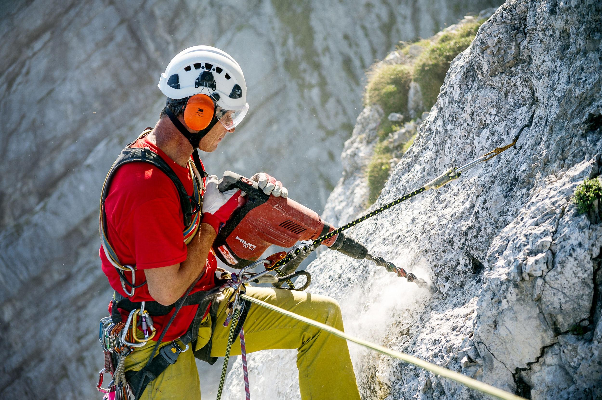 Klettersteig Equipment : Klettersteigbauer heli putz im interview bergwelten