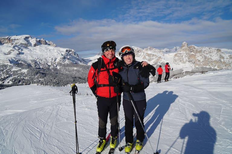 Peter Paal mit seiner Frau Evelyn auf der Sellaronda, Piz Boé und Sassongher im Hintergrund, Dolomiten, Südtirol