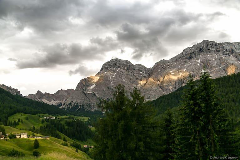 Sonnenspiegelungen im Bergmassiv