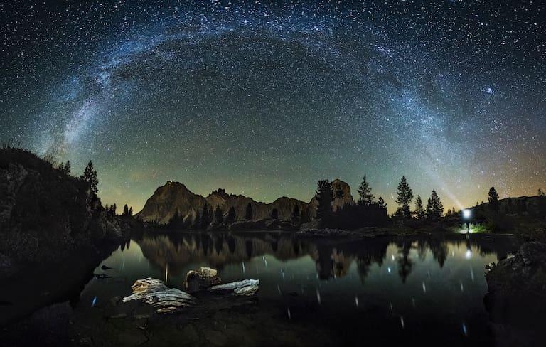 Ganz, ganz viele Sternchen über dem Lago di Limides, Italien.