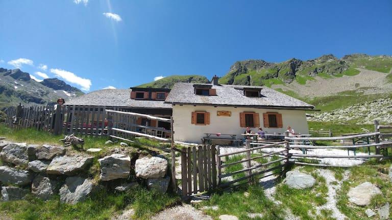 Die Landawirseehütte (1.985 m) im Salzburger Göriachtal