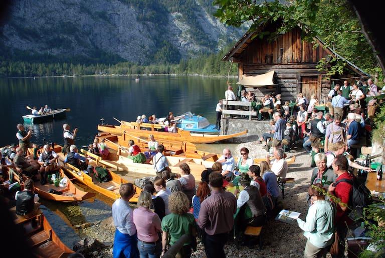 Bei der Lechthütte am Seeufer wird aufgespielt
