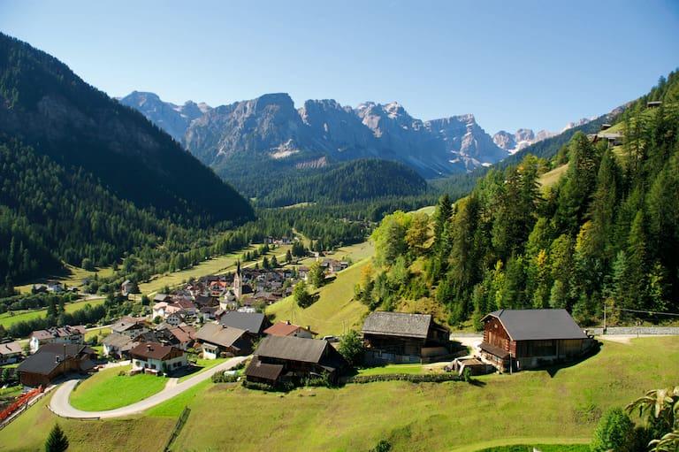 Lungiarü am Eingang zum Naturpark Puez-Geisler im Dolomiten UNESCO Welterbe