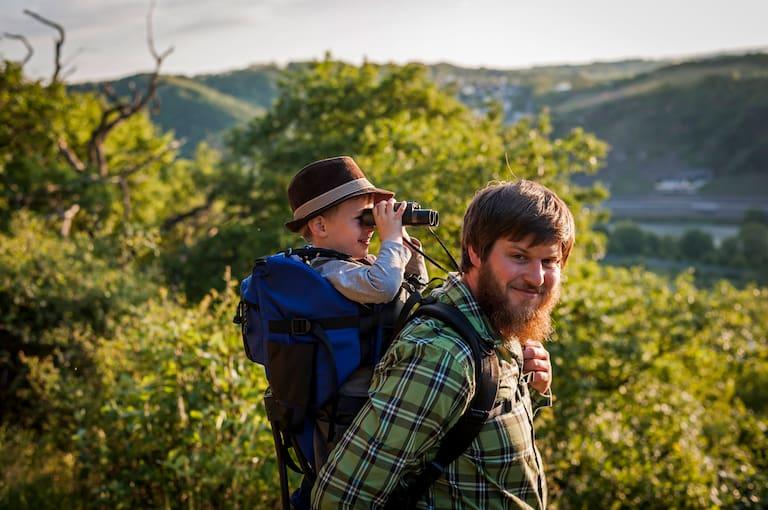 Vater mit Sohn beim Wandern