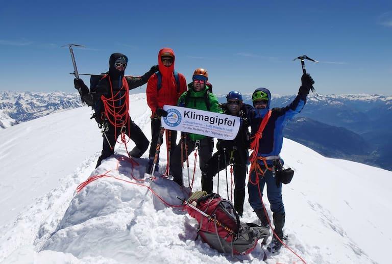 Die Gründer der Initiative climbersforfuture.com auf dem Gipfel des Mont Blanc