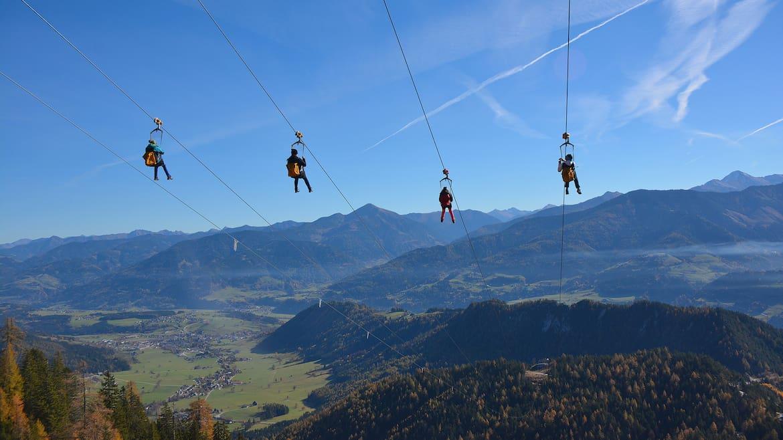 Mitder Zipline am Stoderzinkenrauschst dumit Spitzengeschwindigkeiten bis zu 115 Stundenkilometern talwärts.