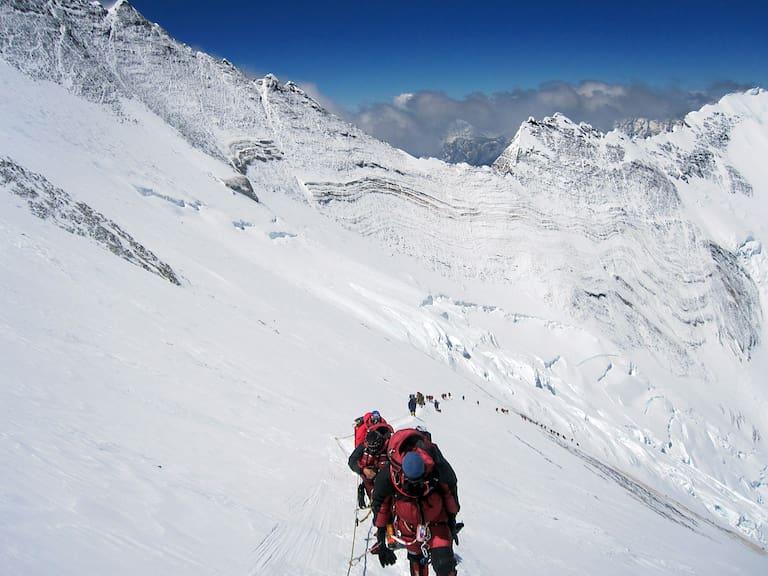 """Blickfang im """"Tal des Schweigens"""": Der Normalweg zum Everest verläuft über das Lhotse Face unterhalb der Marmorwelle"""