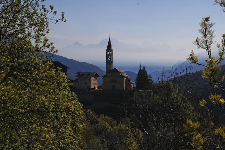 Cibiana di Cadore, im Hintergrund die Grenzberge zum Friaul