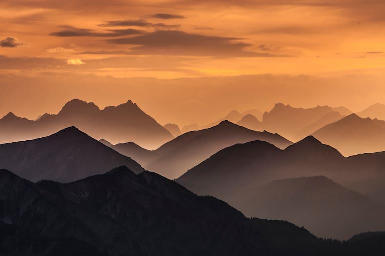 Karwendelspitze und Wettersteingebirge im Abendrot