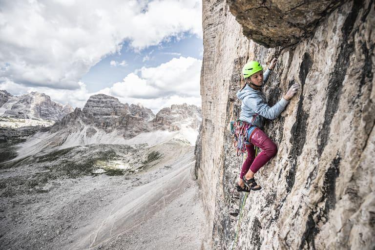 Die französische Kletterin Eline Le Menestrel setzt bei ihrem Dolomiten-Projekt auf Bekleidung mit Hanffaser-Anteil.
