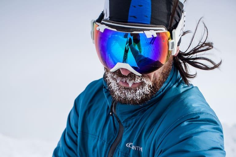 Wintersportler mit Eisbart
