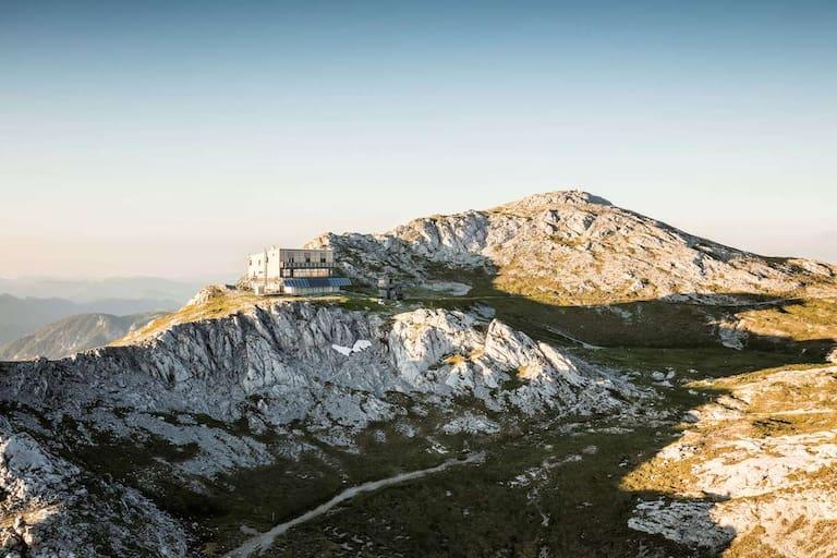 Das futuristisch wirkende Schiestlhaus in der Hochschwabgruppe liegt nahe des Gipfels auf 2.154 m Höhe