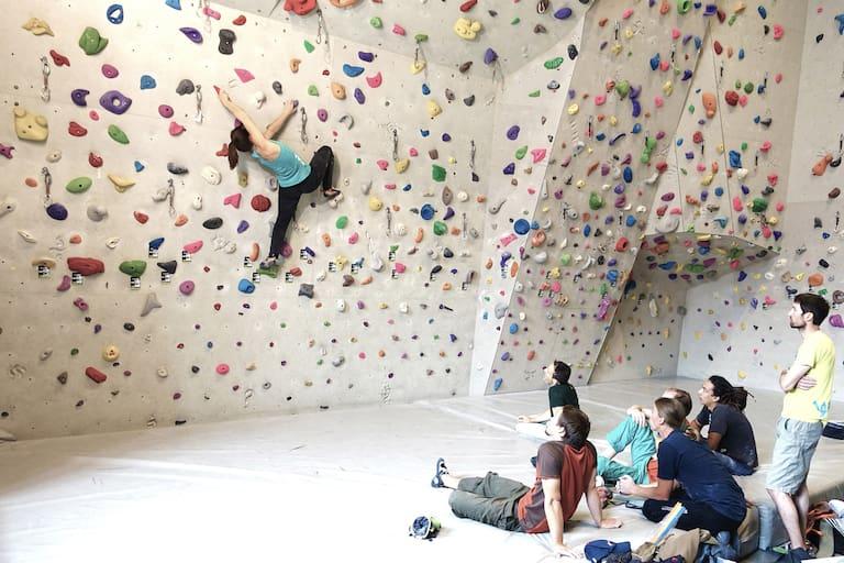 Eine Sportkletterlehrerin ist für Ausbildung und Training beim Bouldern und Vorstiegsklettern qualifiziert.