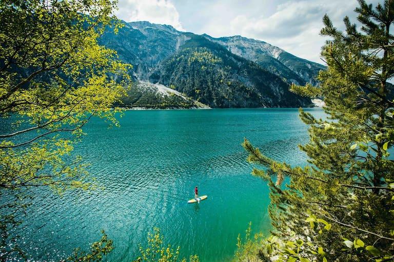 Mit dem Stand-up-Board am wunderschönen Achensee in Tirol