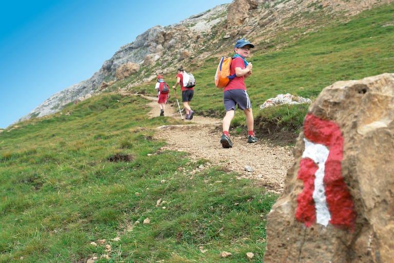 Kinder wandern in den Dolomiten