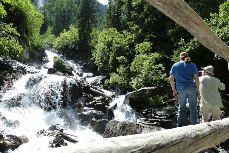 Die Umbalfälle transportieren im Sommer das Gletscherwasser ins Tal