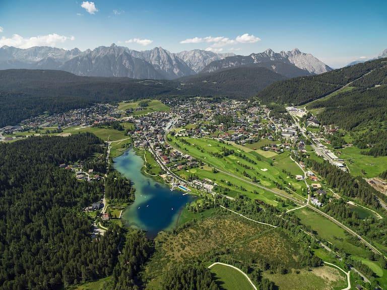 Blick auf Seefeld in Tirol mit Wildsee und Golfplatz
