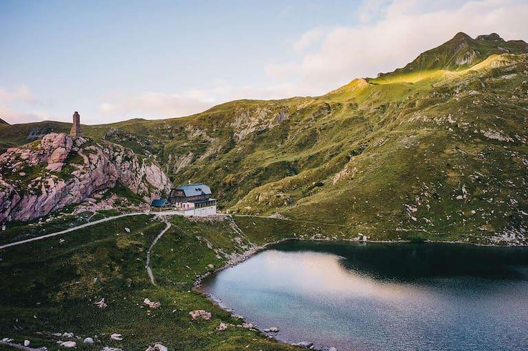 Der Wolayersee mit der Wolayerseehütte (1.951 m) im sanften Abendlicht