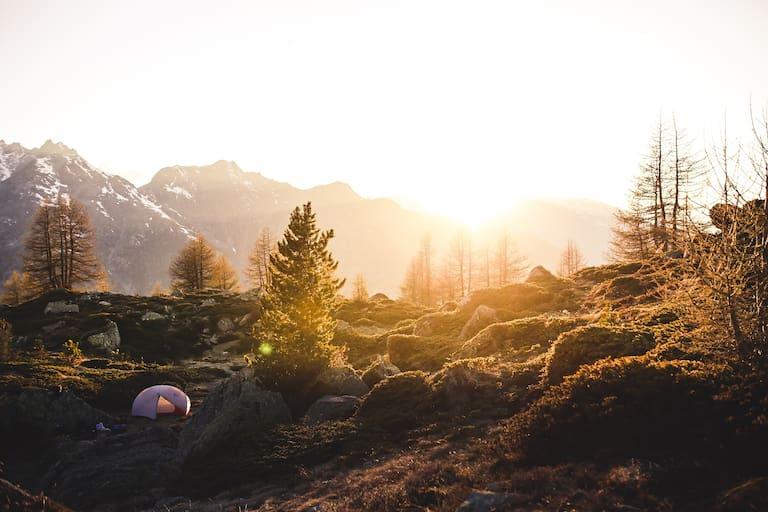 Zelt bei Sonnenuntergang in den Bergen