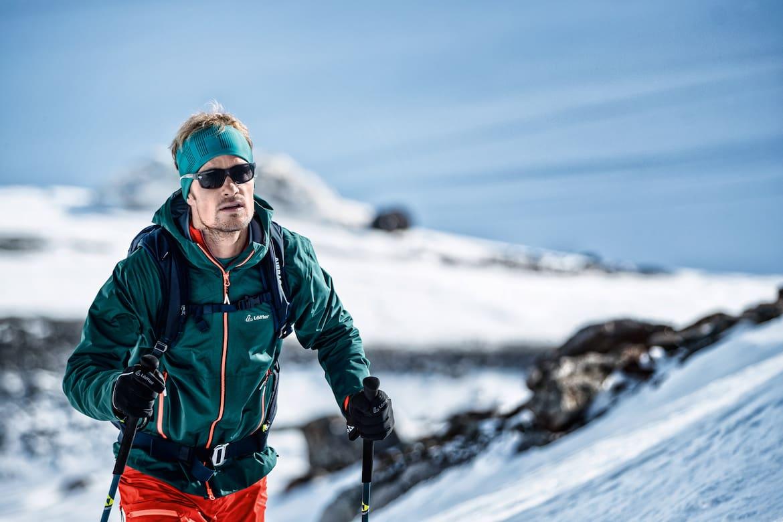 Die Bekleidung auf Skitouren muss atmungsaktiv sein, wärmen und einen Wetterschutz bieten.