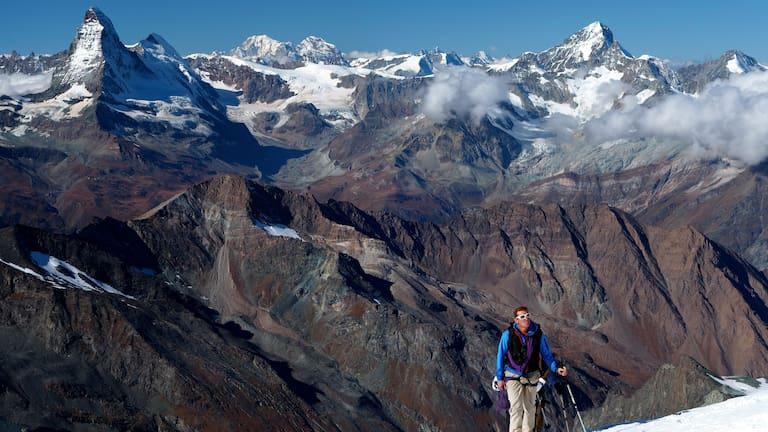 Bergführer im Aufstieg aufs Allalinhorn in der Schweiz