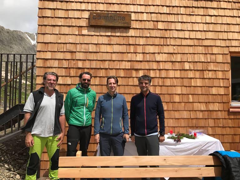 Jene, die die Hütte mit ihren Teams gebaut haben: v.l. Heimo Modre, Firma Solare Energie, Thomas Heil, Architekt dreiplus, Gerhard Steger, Baufirma und Stephan Hoinkes, Architekt dreiplus.