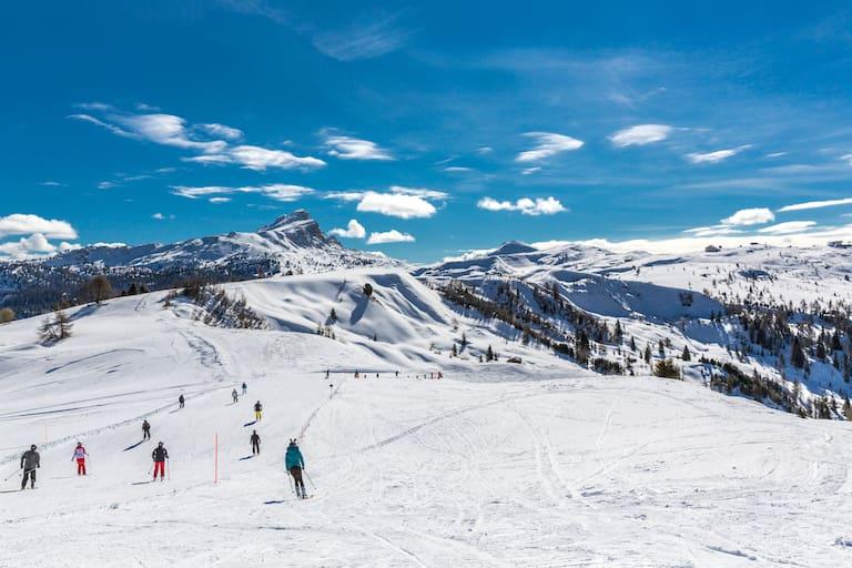 Skiregion Alta Badia: Skifahrer auf der Piste in Südtirol