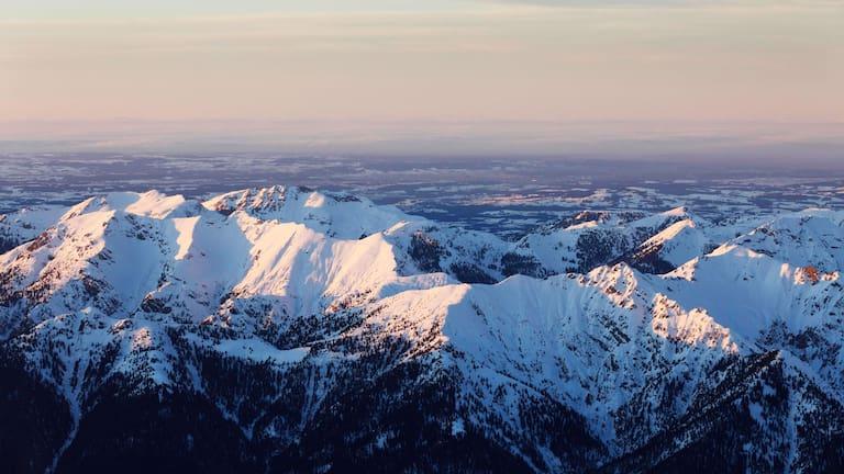 Bayern: Blick in die Ammergauer Alpen mit der Hochplatte