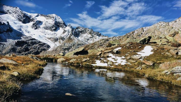 Tessin: Blick auf Bergektte und Bergsee