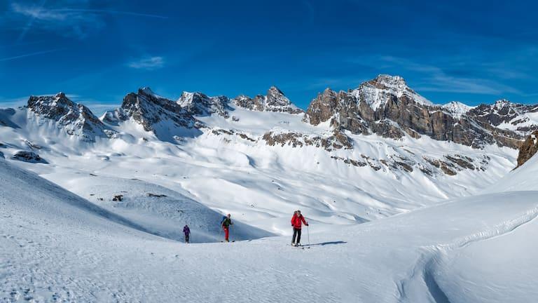 Skitourengeher im Aostatal in Italien