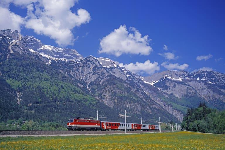 Zug vor Bergpanorama in Salzburg