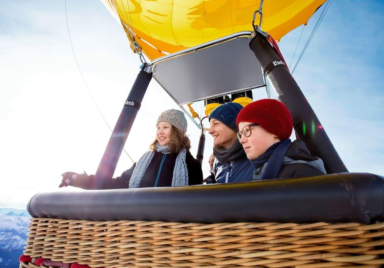 Eine Familie im Heißluftballon