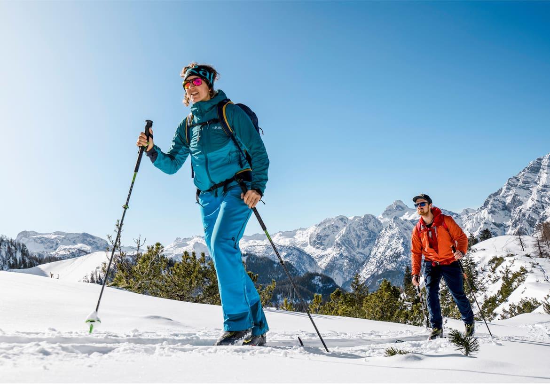 Tourschiwanderer in den Bergen