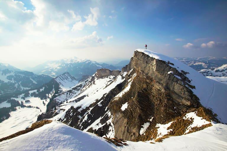 Österreich: Bergsteiger vor Alpenpanorama
