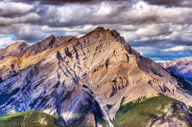 Felsiger Berg unter lila Himmel