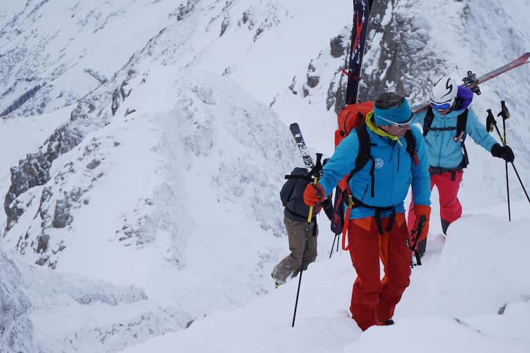 Alpine Jobs: Bergführer mit Gruppe auf Skitour