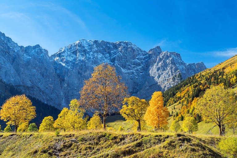 Das erste Wochenende im November verspricht strahlendes Herbstwetter in den Bergen. Blick von der Eng auf die Grubenkarspitze (2.663 m) in Hinterriß, Tirol